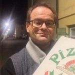"""Müde! Hunger! JCB nimmt das """"Pizza-Taxi"""" wörtlich"""